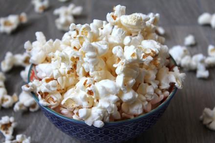 popcorn-in-ceramic-bowl-3537844
